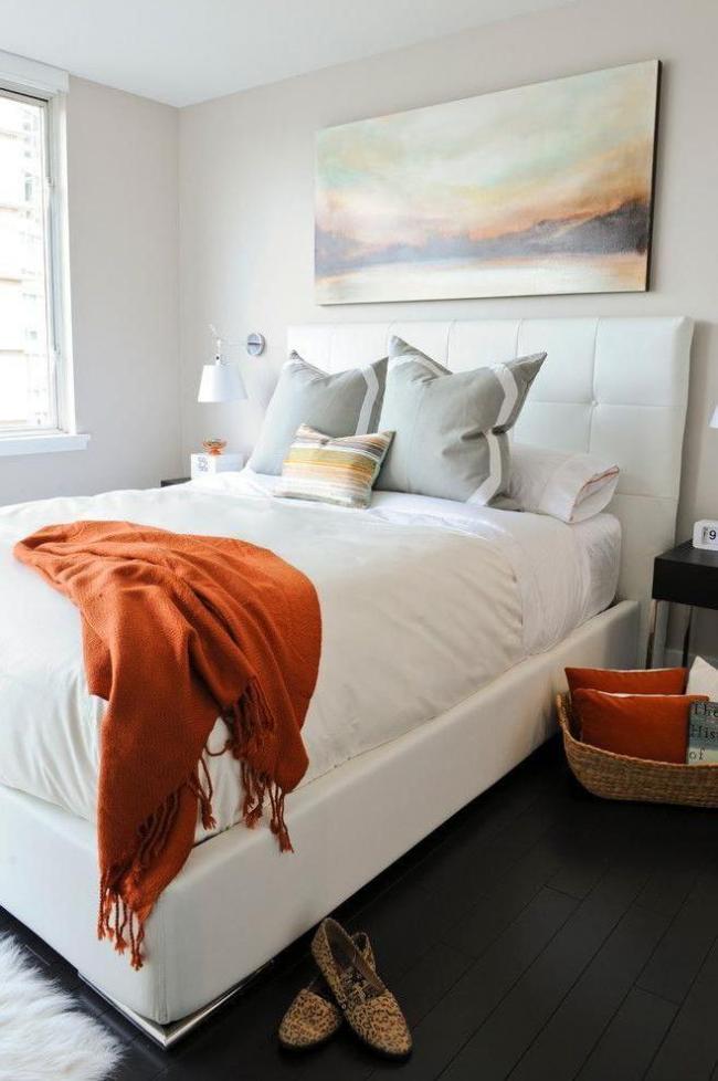 Un lit blanc avec une tête de lit moelleuse est très élégant