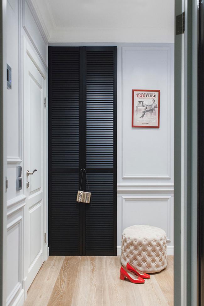 Le matériau le plus populaire pour de telles portes est le bois ou le plastique.