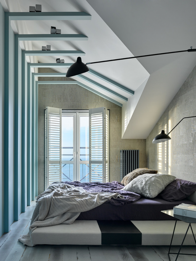 Chambre à coucher moderne avec lit sur le podium
