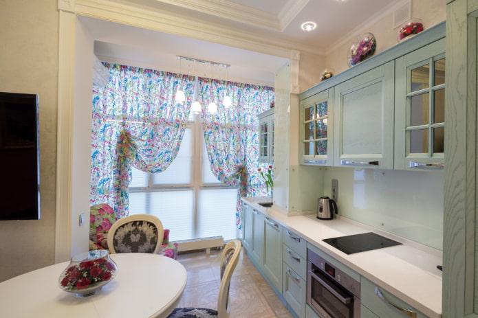 rideaux à l'intérieur de la cuisine combinés avec la loggia