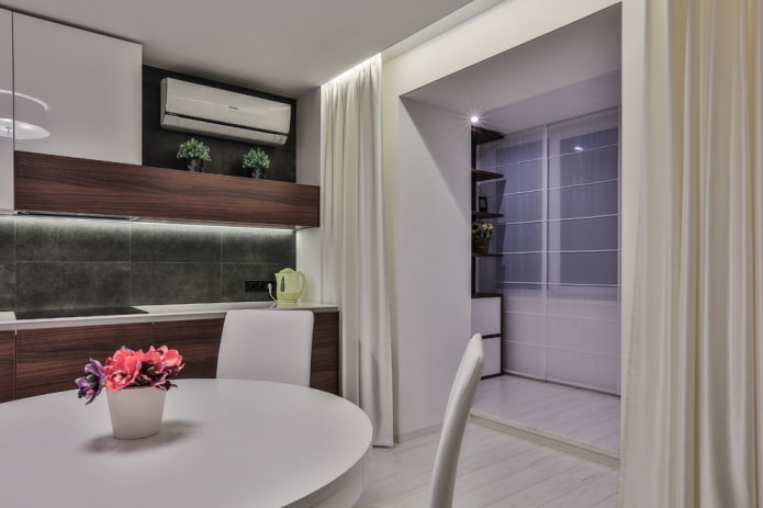 rideaux à l'intérieur de la cuisine combinés à la loggia