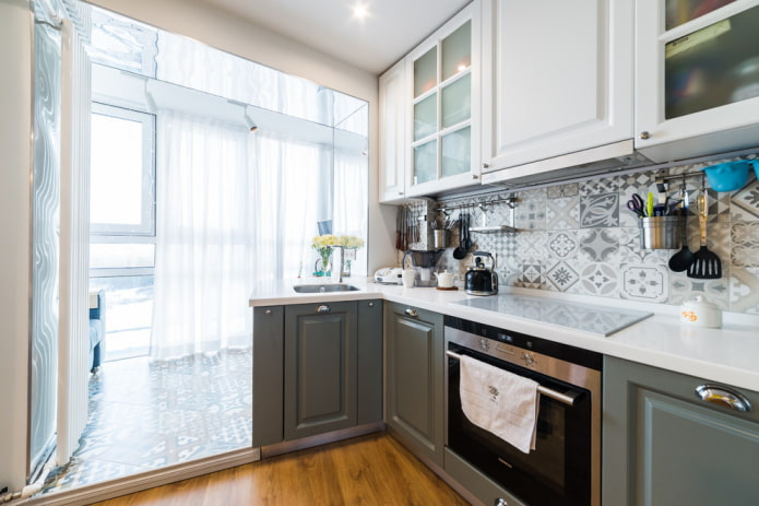 conception de l'ouverture à l'intérieur de la cuisine combinée avec la loggia