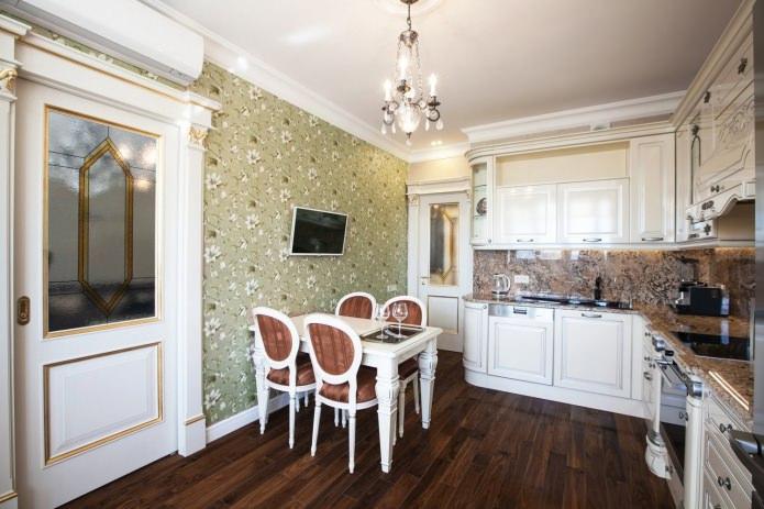 Papier peint vert dans la cuisine dans un style classique