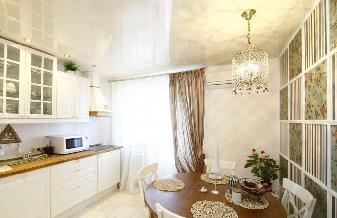 papier peint vert dans la cuisine dans le style provençal