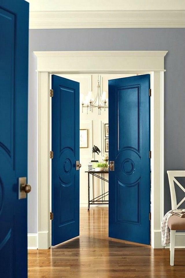 Portes battantes intérieures peintes en bleu