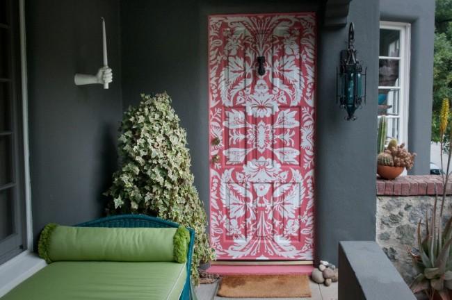La conception de la porte peinte de couleurs vives contraste avec les murs gris