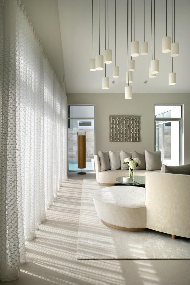 Pour une pièce qui manque d'éclairage, il vaut mieux opter pour des rideaux clairs et translucides au maximum, si leur absence totale est écoeurante
