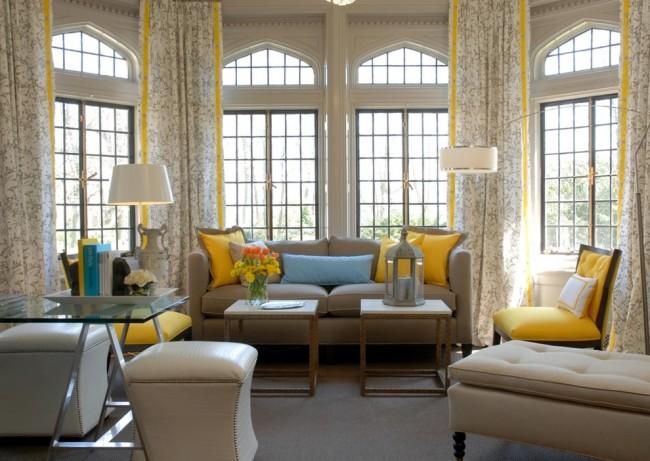Les rideaux avec une bande verticale étirent visuellement la pièce.  Donc, si vous voulez mettre en valeur un plafond très haut ou des fenêtres à lancettes, c'est une bonne technique.