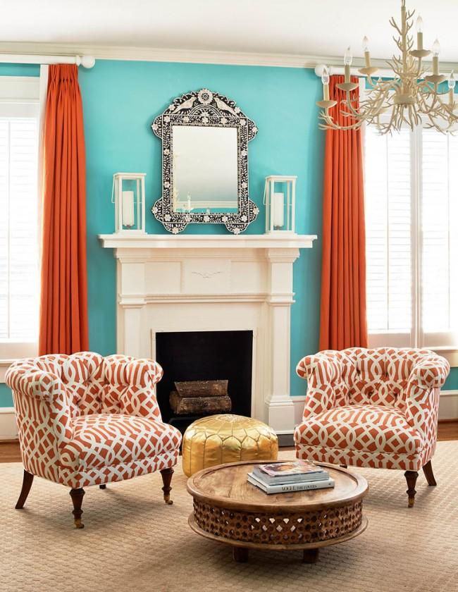 Combinaison contrastée de rideaux en terre cuite contre un mur turquoise