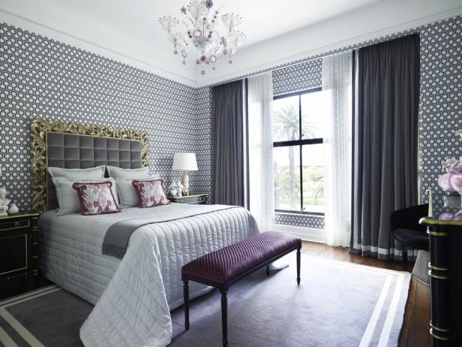 Des rideaux solides calmeront un peu l'intérieur coloré.