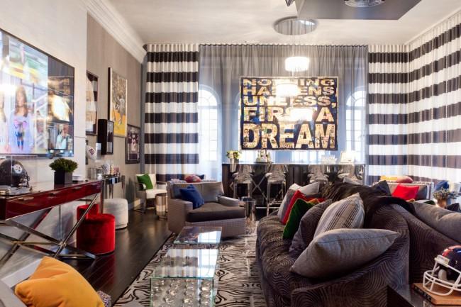 Large bande horizontale noire et blanche dans un intérieur éclectique dans la maison des jeunes