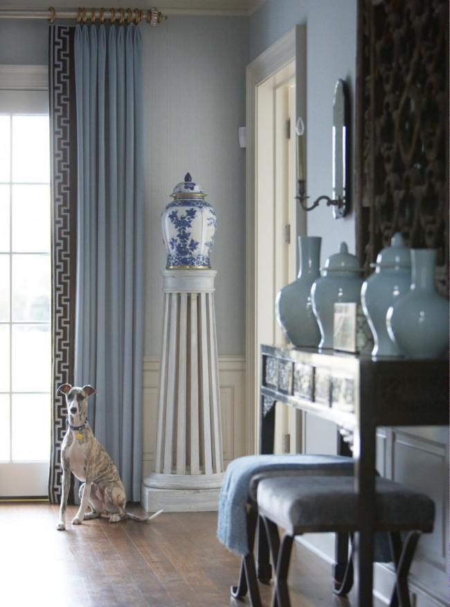 Bleu poussiéreux rêveur, motifs ethniques et porcelaine hollandaise : une composition raffinée et noble