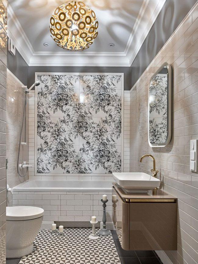 Beau panneau de carrelage noir et blanc au dessus de la salle de bain