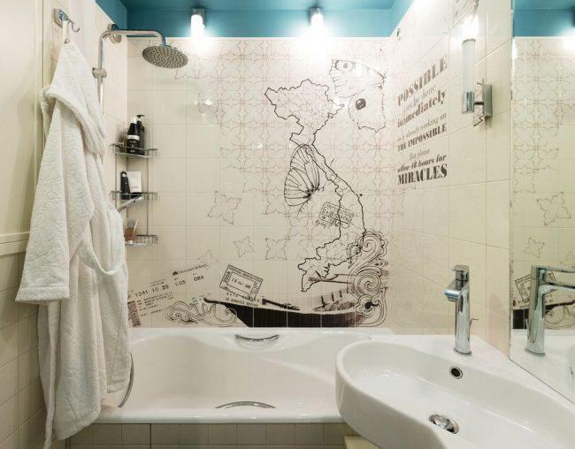 Panneaux à motifs noirs et blancs sur carreaux de céramique dans la salle de bain
