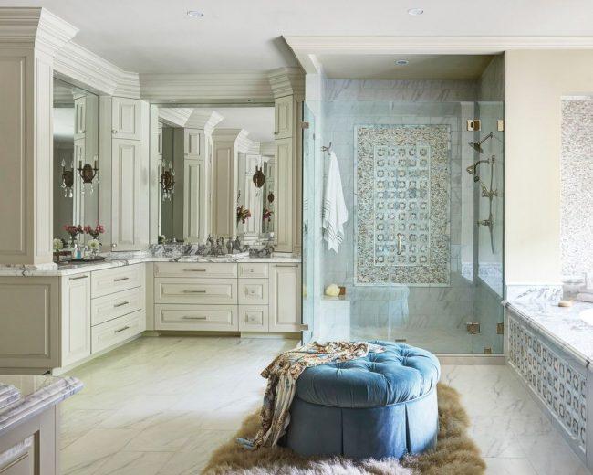Panneau lumineux en carreaux de céramique dans la zone de douche