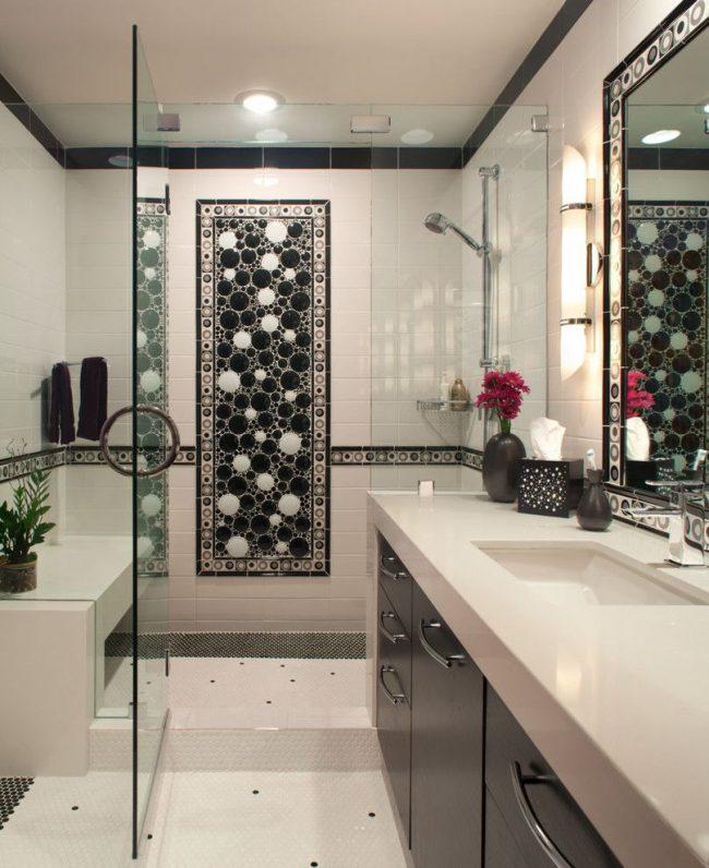 Carreaux de céramique noirs et blancs contrastés dans la salle de bain