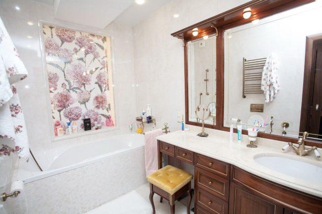 Panneau lumineux à fleurs roses dans une niche de salle de bain