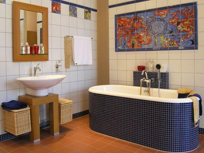 Un petit panneau de carreaux de couleur avec un motif lumineux au-dessus de la salle de bain