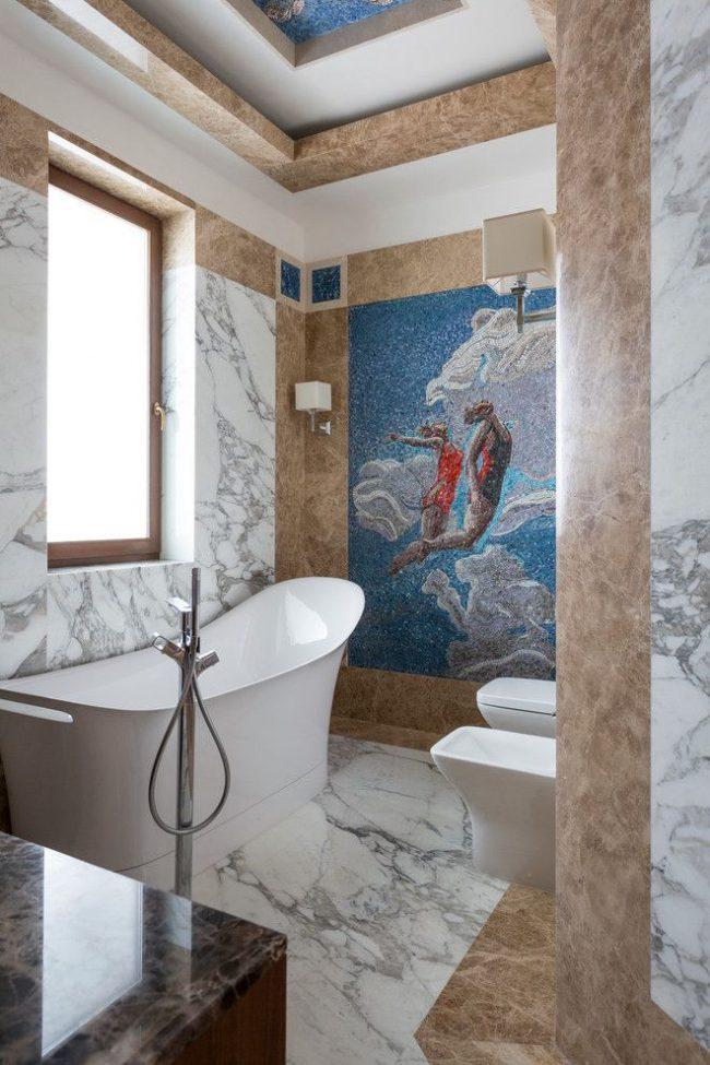 Grand panneau de mosaïque lumineux dans une salle de bain moderne