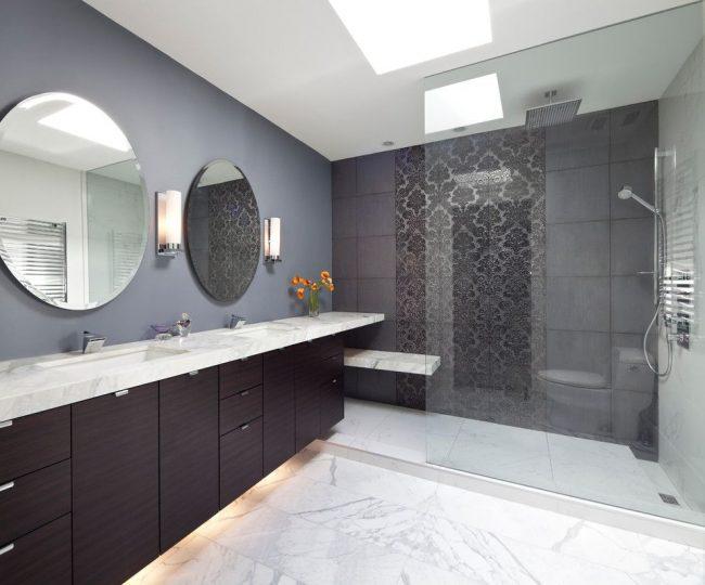 Beau panneau sombre de grands carreaux ajourés dans la salle de bain