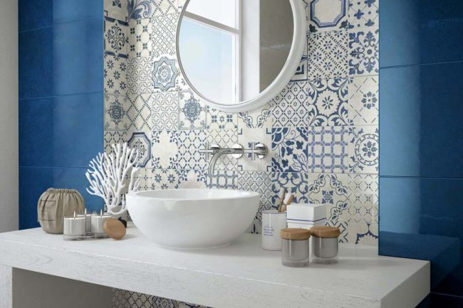 Panneau dans la zone du lavabo en carreaux bleus et blancs avec un motif
