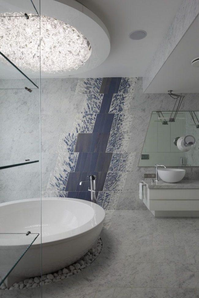 Peinture murale de carreaux inhabituelle avec un motif diagonal abstrait dans une salle de bain moderne et élégante