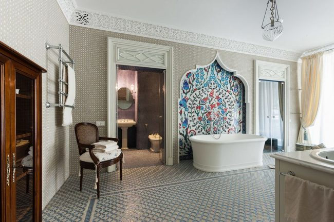 Grande fresque colorée de style oriental au dessus de la salle de bain