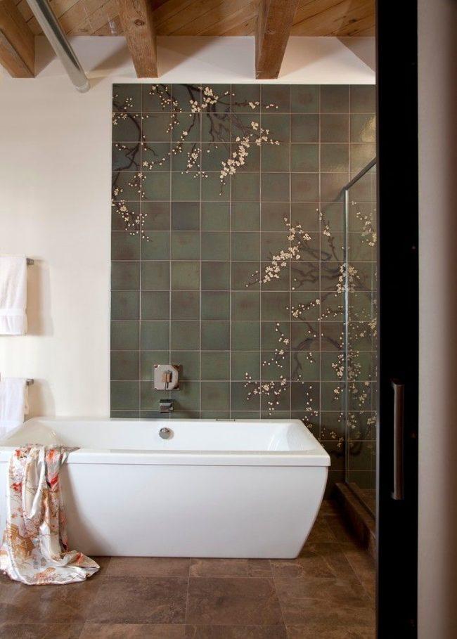 Panneau élégant de carreaux gris avec un motif dans la salle de bain