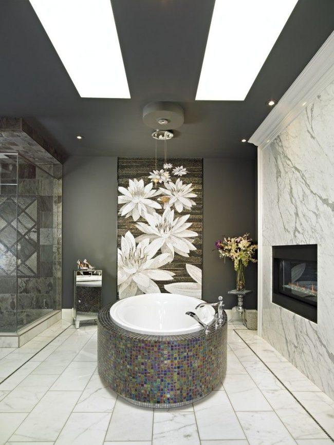 Grand panneau fleuri dans une salle de bain moderne dans les tons gris