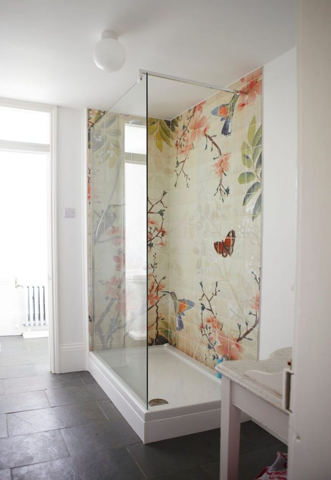 Belle peinture de couleur sur un panneau de tuiles dans la zone de douche