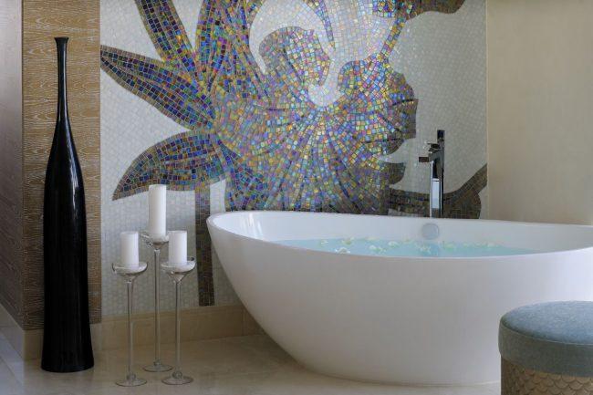 Panneau de mosaïque sur l'un des murs de la salle de bain