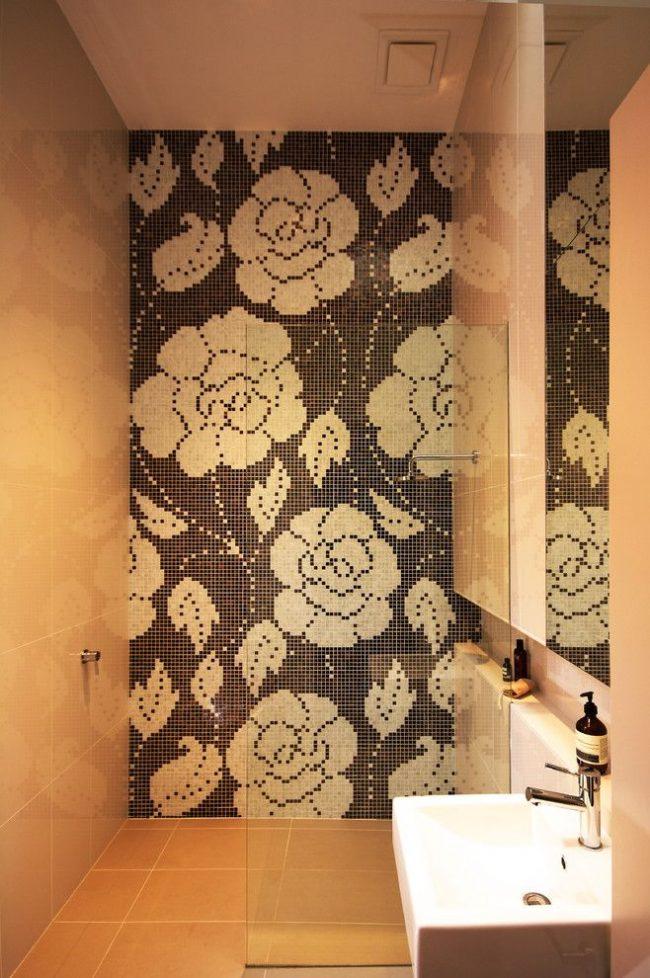 Grand panneau de mosaïque avec des fleurs sur tout le mur de la salle de douche