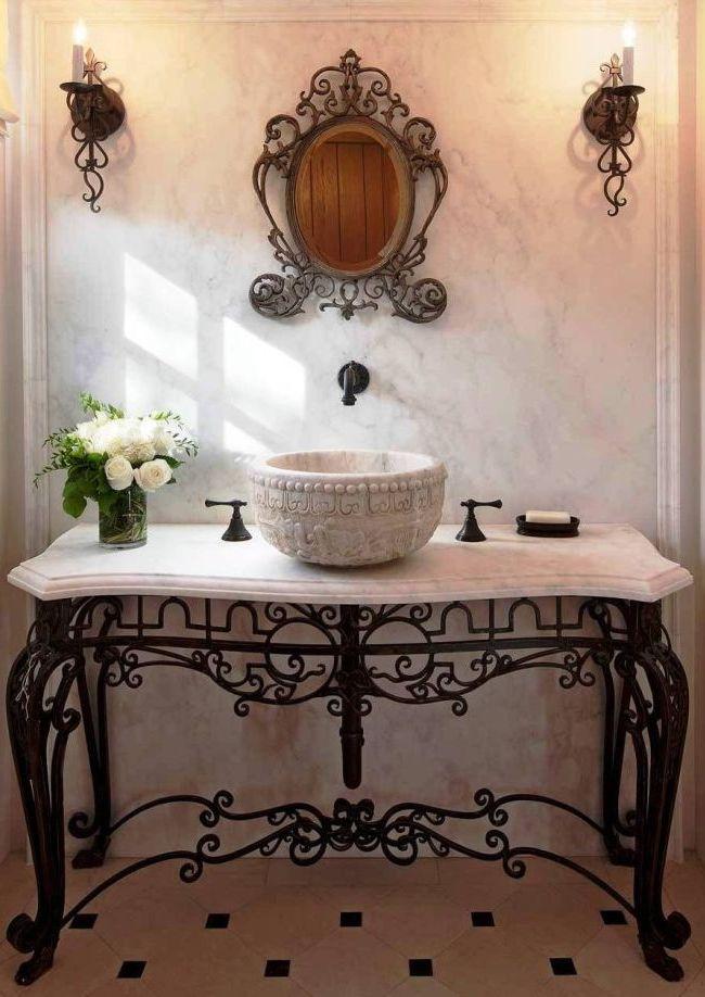 Objets raffinés en fer forgé dans la salle de bain