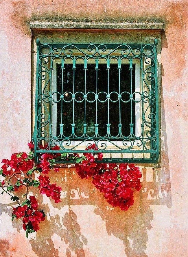 Treillis forgé sur la fenêtre - protection et décor