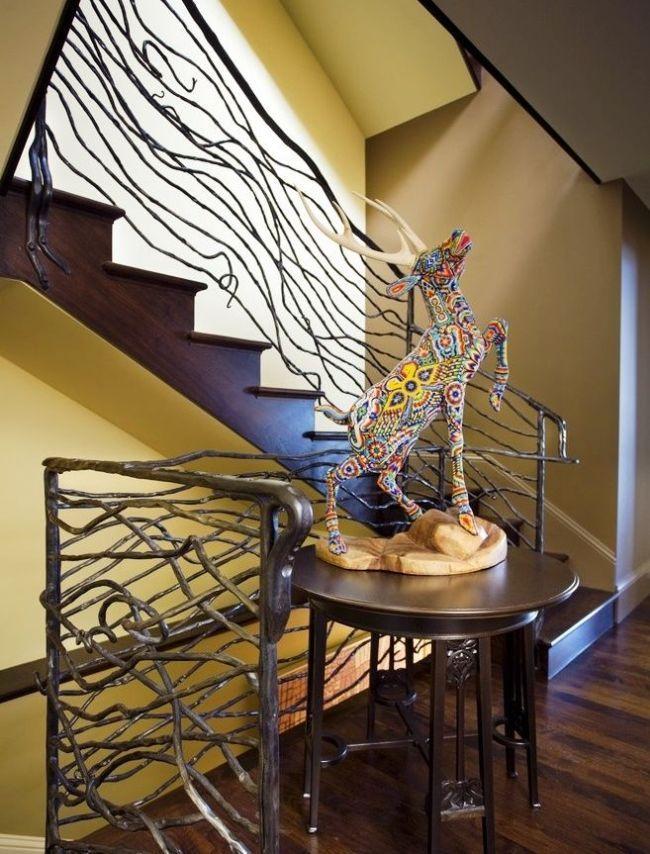 Les rampes d'escalier en fer forgé sont faites dans le style Art Nouveau