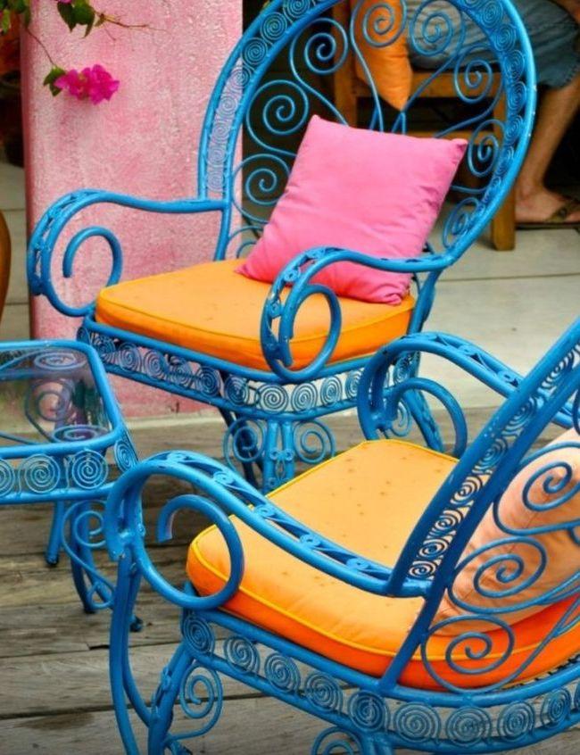 Des fauteuils forgés et une table sont de style Renaissance