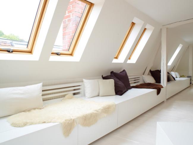Coin salon confortable avec une bonne lumière naturelle