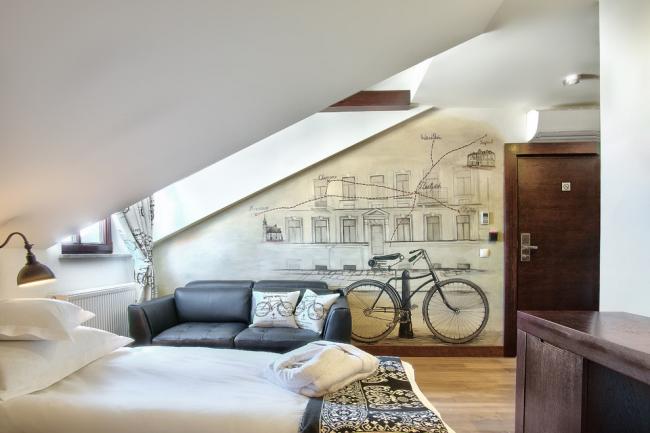 Peindre le mur d'une petite chambre à l'étage du grenier