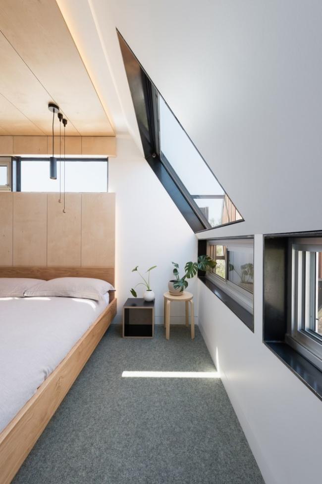 Une fenêtre au dessus du lit permet de regarder les étoiles