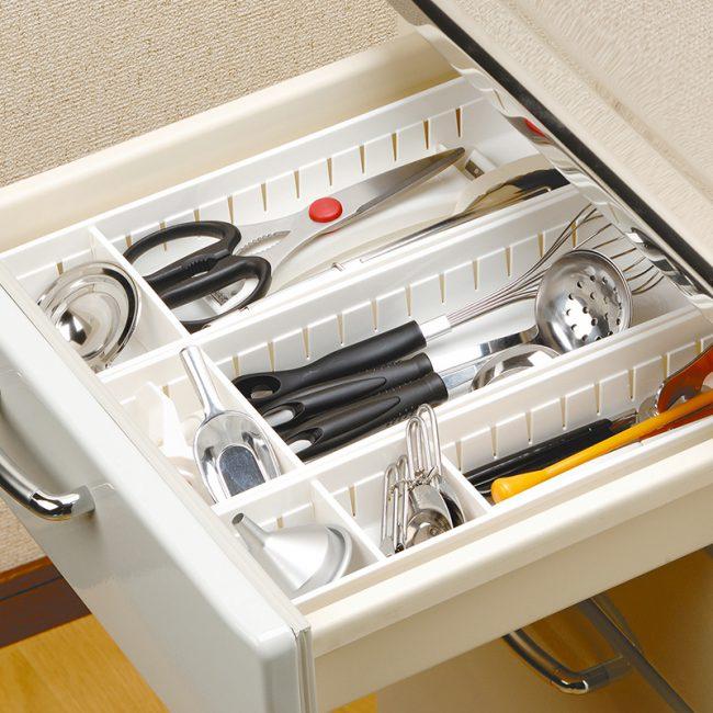 Le plateau en plastique est pratique et pratique à utiliser
