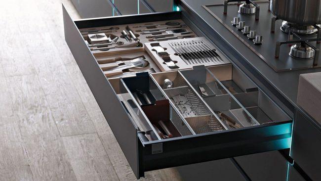Un grand tiroir peut être utilisé pour organiser des plateaux de différents matériaux