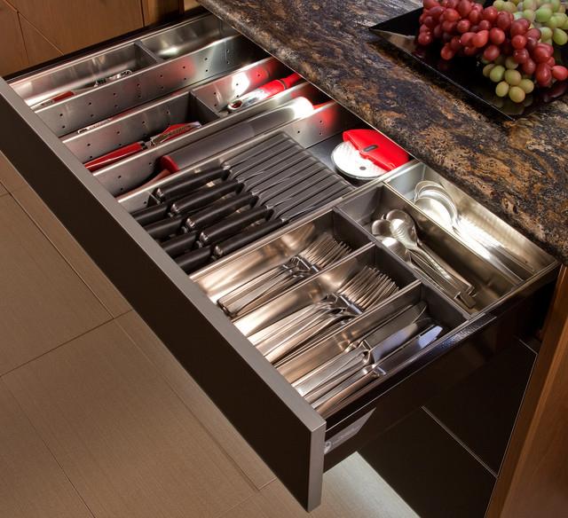 Le tiroir spacieux peut accueillir d'autres couverts en plus des cuillères et des fourchettes