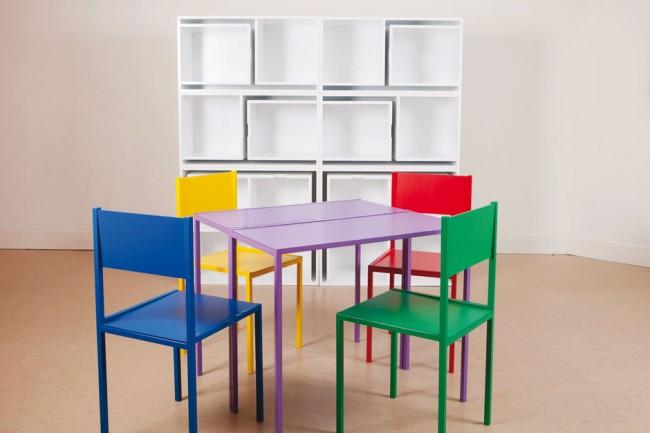 Une étagère dans laquelle se cache de manière compacte un ensemble de meubles à part entière pour 4 personnes : une table et 4 chaises