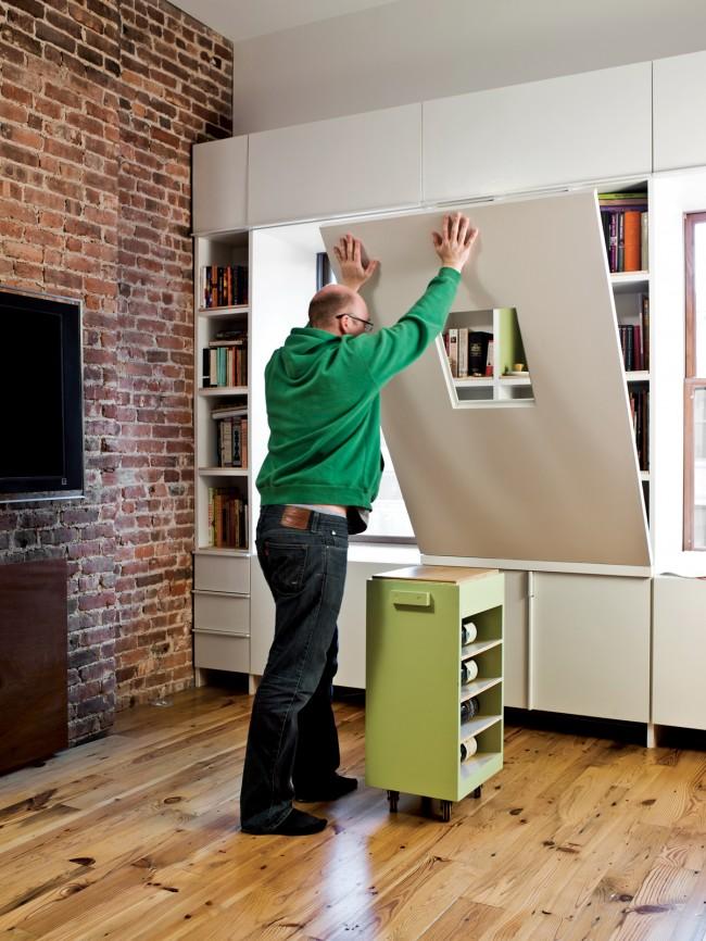 Un espace supplémentaire dans un petit appartement aidera à économiser un mini-bureau pliant