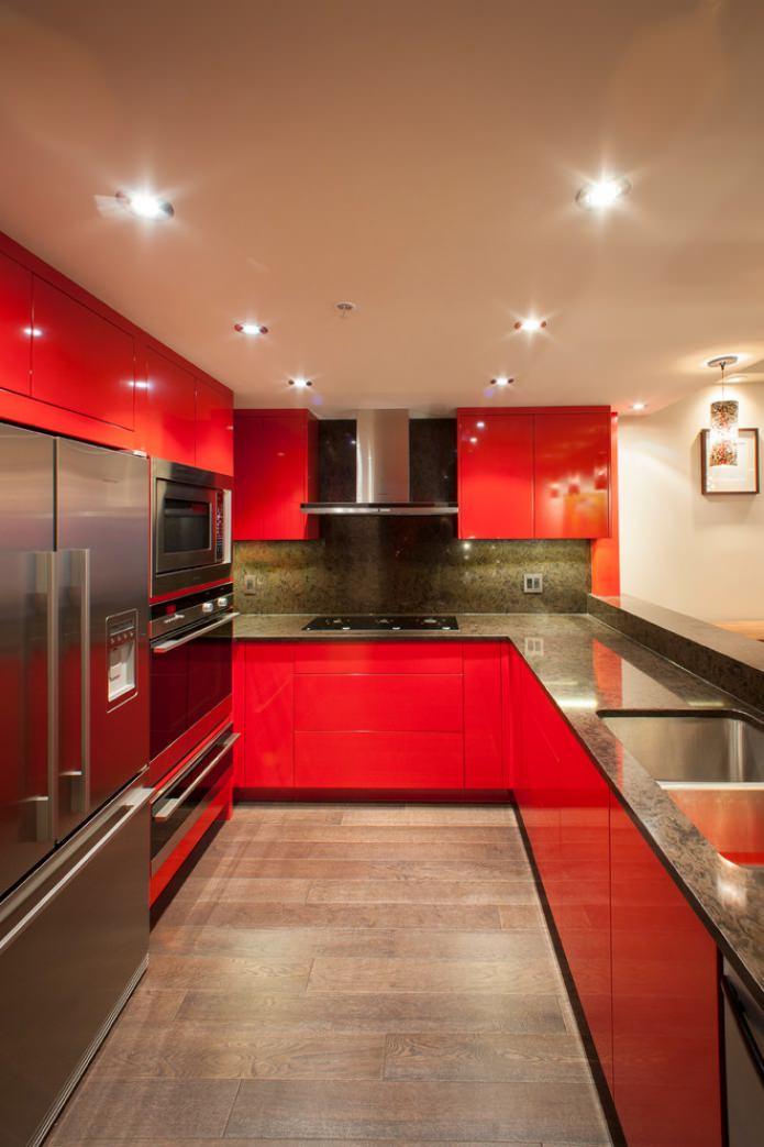 plateau de table foncé, ensemble rouge