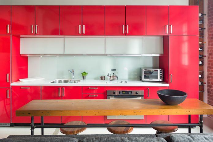 tablier blanc en verre dans la cuisine rouge