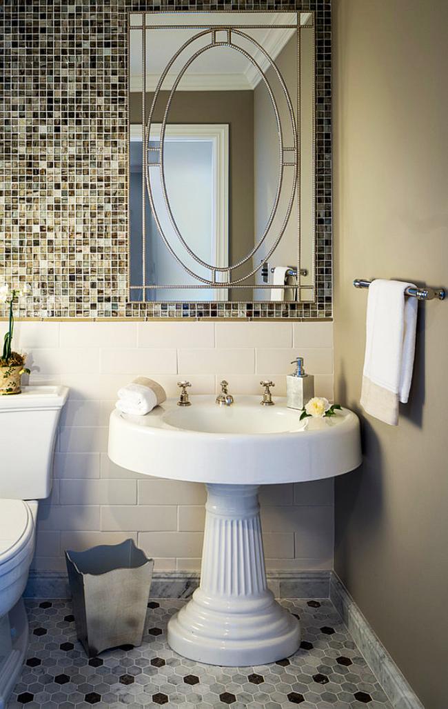 Un accent saisissant pour la salle de bain - un lavabo sur le pied qui se dilate vers le bas