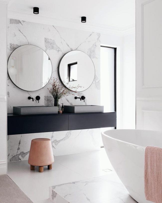 Intérieur de salle de bain moderne avec meubles suspendus