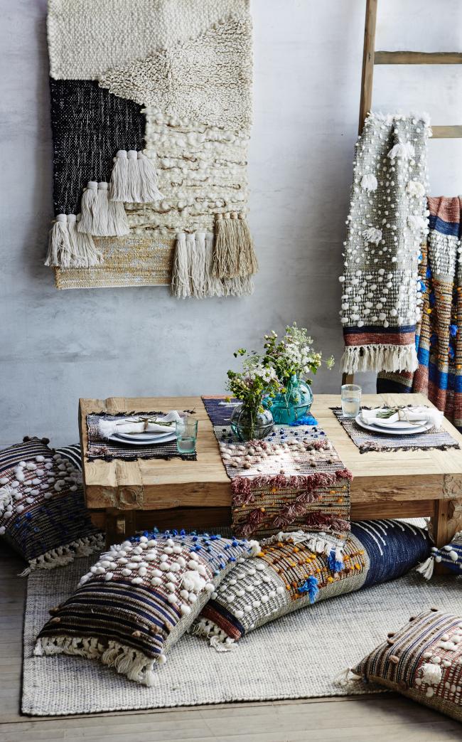 Coin maison confortable avec des tapisseries et des oreillers qui respirent une ambiance scandinave