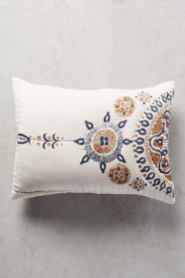 Oreiller délicat de vos propres mains peint de motifs scandinaves selon la technique du batik